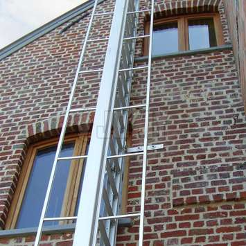 Double opening mechanism and double guardrail to use the ladder from both sides